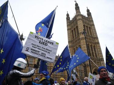 Brexit, May: «Riapriamo le trattative». Gelo dell'Ue foto 1