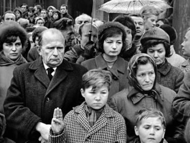 «La città intera che lo accompagnava»: Jan Palach, le foto del funerale a Praga foto 4