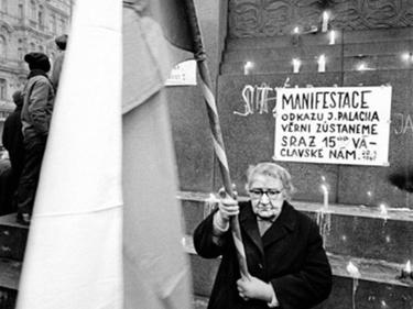 «La città intera che lo accompagnava»: Jan Palach, le foto del funerale a Praga foto 3