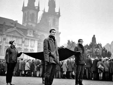 «La città intera che lo accompagnava»: Jan Palach, le foto del funerale a Praga foto 6