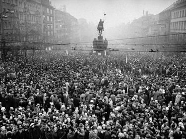 «La città intera che lo accompagnava»: Jan Palach, le foto del funerale a Praga foto 2