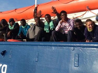 Controlli a bordo della Sea Watch: Guardia costiera e Finanza bloccano equipaggio e giornalisti foto 1
