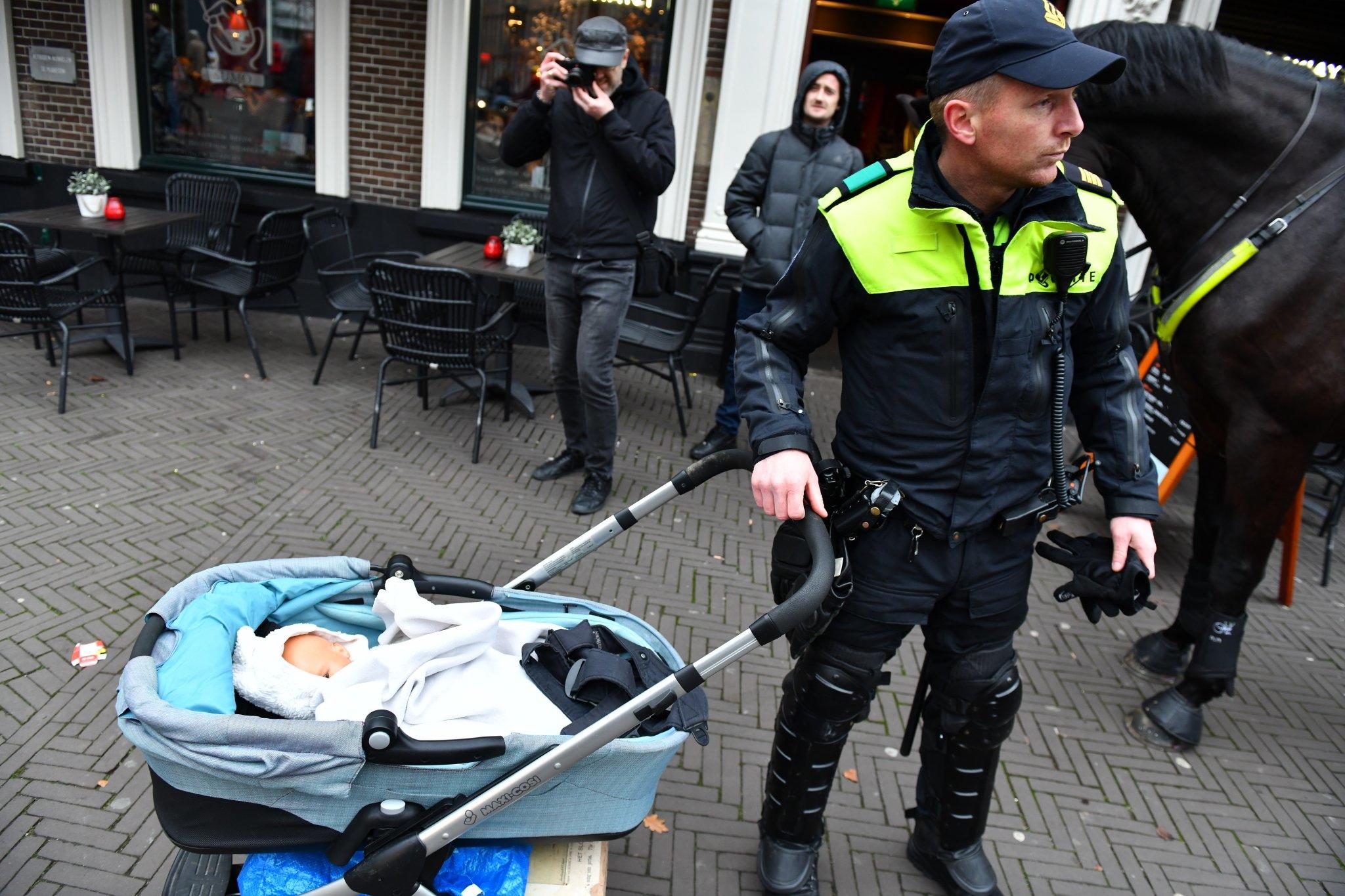 Gilet gialli, la vera storia della donna con il passeggino arrestata in Olanda foto 2