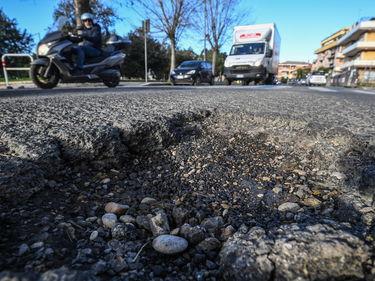 Roma, cade per colpa di una buca ma viene condannata a risarcire il Comune foto 1