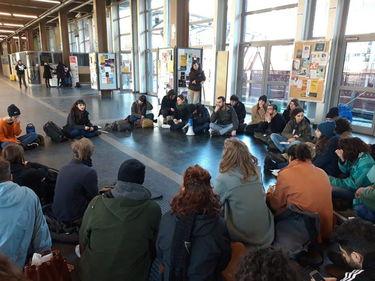 Gli studenti di Torino protestano contro i fast food all'università foto 1