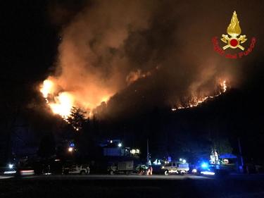Varese, incendio sul monte Martica: 100 ettari di bosco in fiamme foto 2