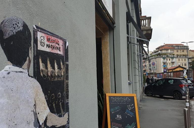 Salvini al distributore di armi. Nuovo blitz di TvBoy nel cuore di Milano 6