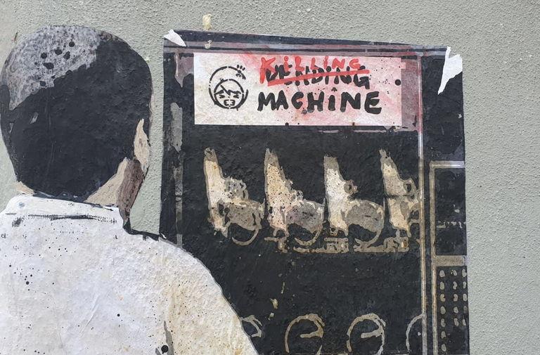 Salvini al distributore di armi. Nuovo blitz di TvBoy nel cuore di Milano