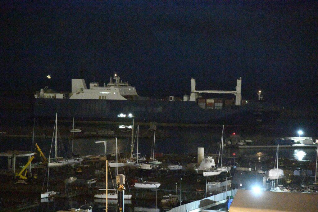 La Bahri Yambu all'alba nel porto di Genova, 20 maggio 2019. Ansa/Luca Zennaro