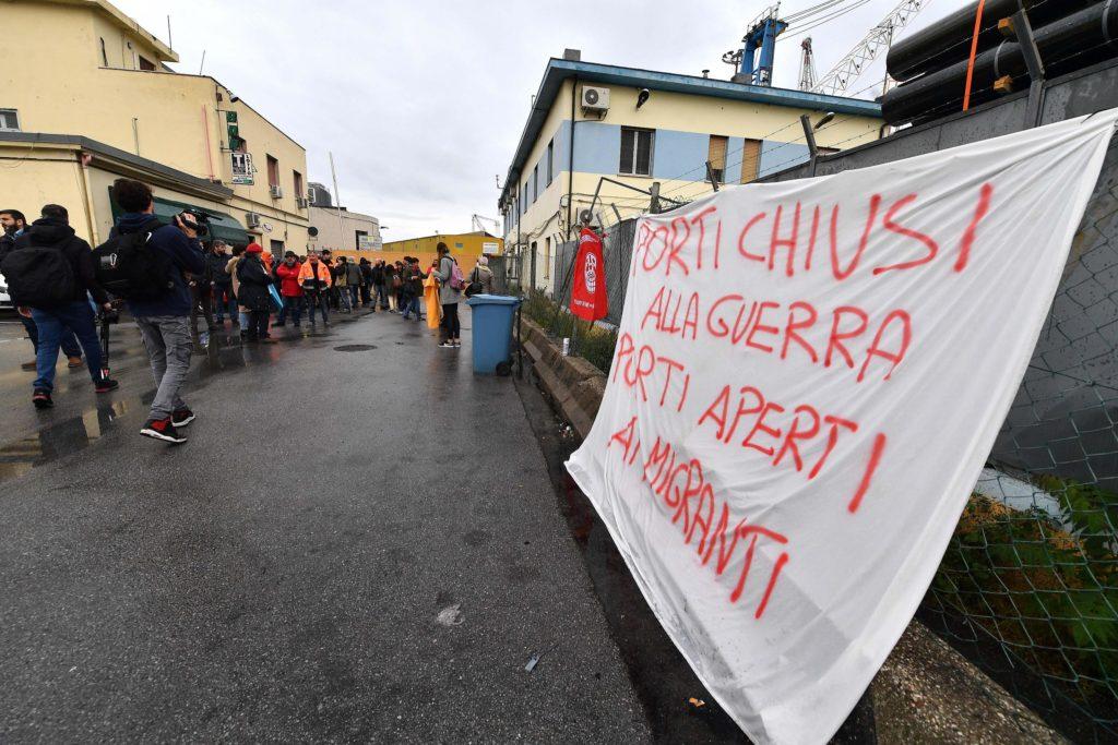 Gruppi pacifisti e organizzazioni della società civile protestano contro la nave cargo saudita Bahri Yanbu ancorata al porto di Genova, 20 maggio 2019. Ansa/Luca Zennaro