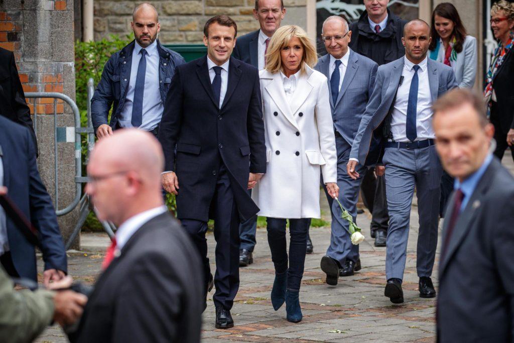 Il presidente francese Emmanuel Macron, a destra, e sua moglie Brigitte Macron a sinistra lasciano il seggio dopo aver votato a Le Touquet, Francia settentrionale, 26 maggio 2019. Epa/Christophe Petit Tesson