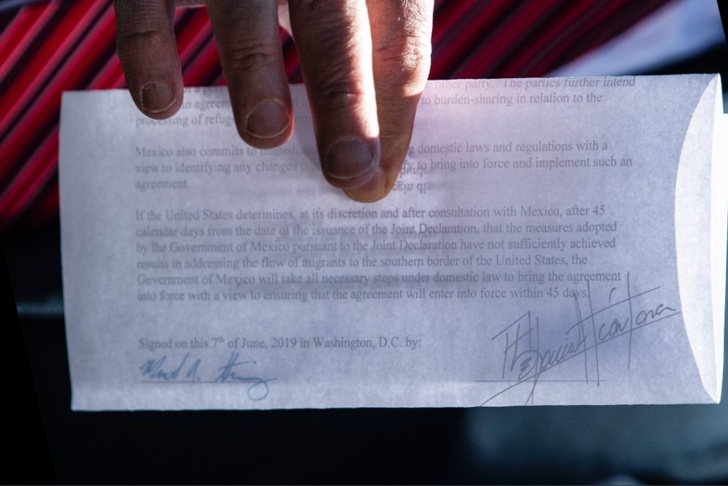 Il documento nelle mani di Trump durante la conferenza stampa