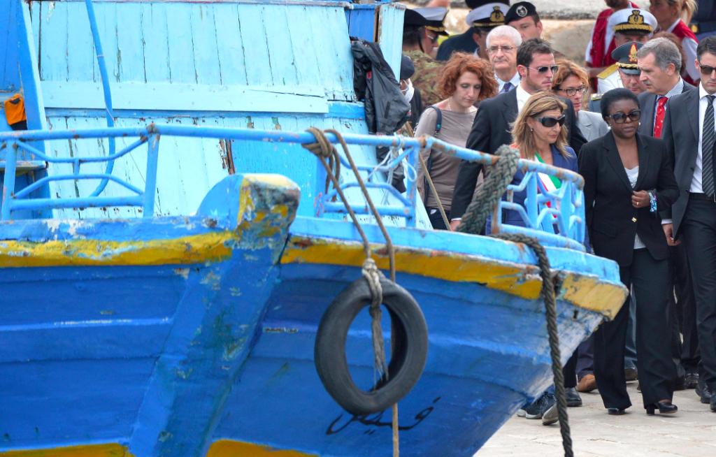 L'allora dell'Integrazione, Cecile Kyenge, a destra, con la sindaco di Lampedusa Giusi Nicolini sul molo per accogliere i corpi delle 16 vittime recuperati dal peschereccio naufragato il 3 ottobre, 6 ottobre 2013. Ansa/Ettore Ferrari