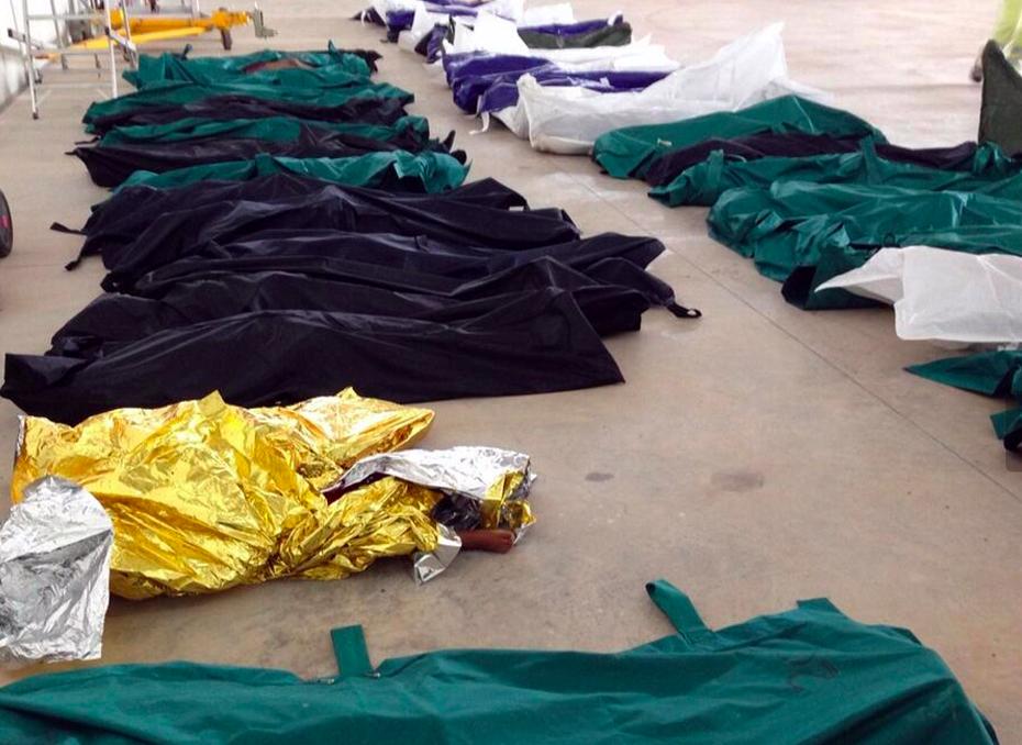 Nella foto postata sul profilo Twitter della sindaca di Lampedusa Giusi Nicolini, l'interno dell'hangar dove sono stati raccolti i cadaveri recuperati dopo la tragedia in mare, 3 ottobre 2013. Ansa/Twitter