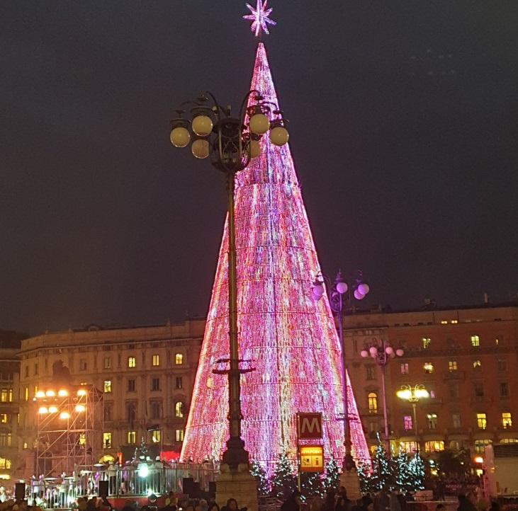 Albero Di Natale Milano.Milano Lo Spettacolo Dell Albero Di Natale Green In Piazza Duomo Illuminato Da 80 Mila Led Il Video Open