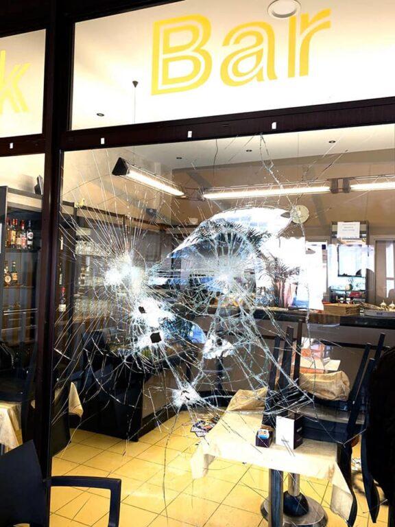 Raid neonazista in un bar del Bresciano |  la vetrina rotta |  la svastica |  gli insulti |