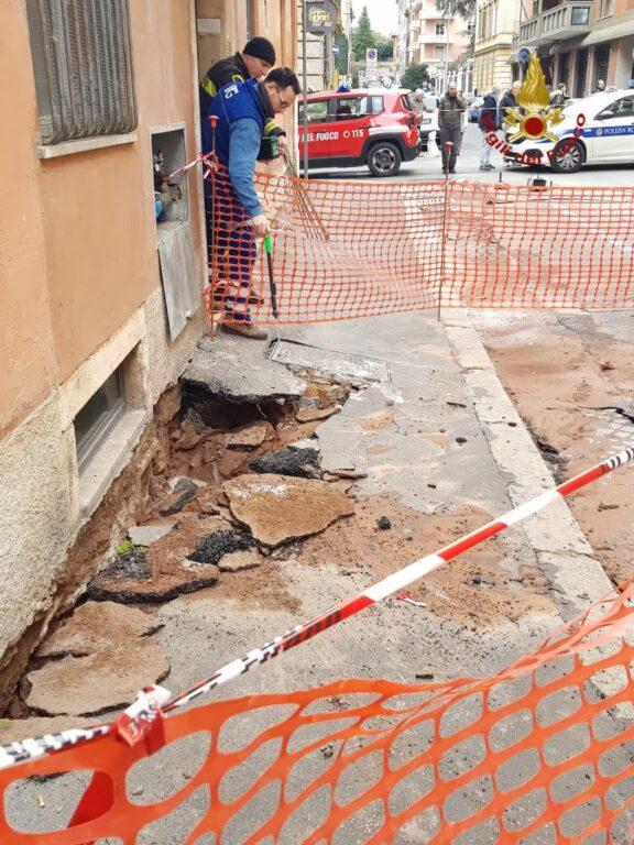 Roma, cede una strada evacuato un palazzo vicino al Colosseo