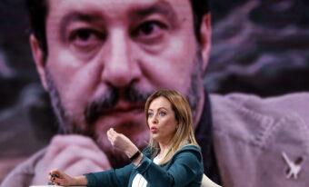 Giorgia Meloni, sullo sfondo Matteo Salvini