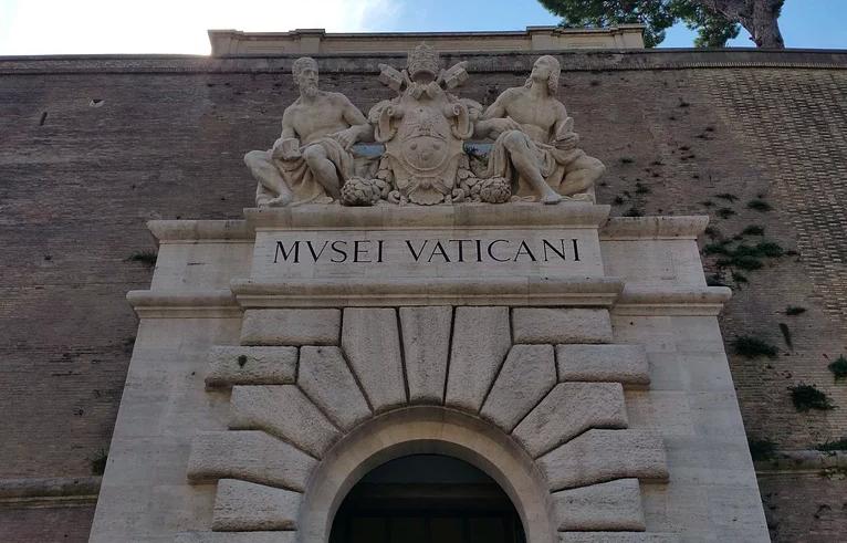 Roma, si stacca intonaco da ingresso dei musei Vaticani, turista sotto shock