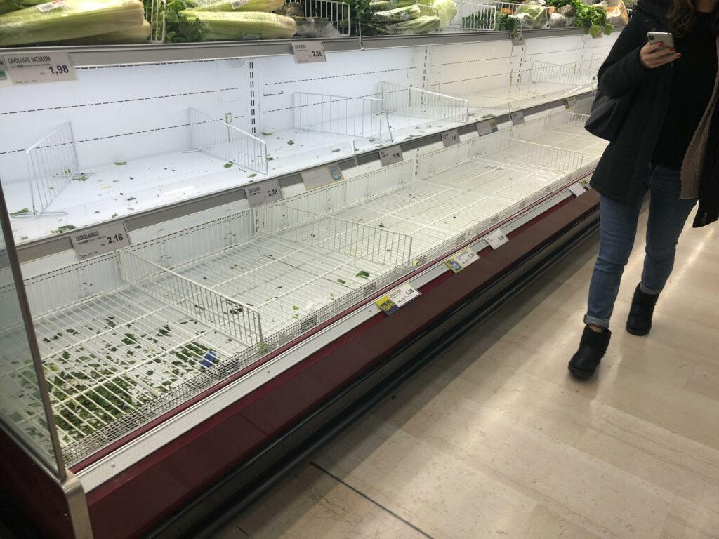 Coronavirus, il folle assalto ai supermercati a Milano, mascherine ...