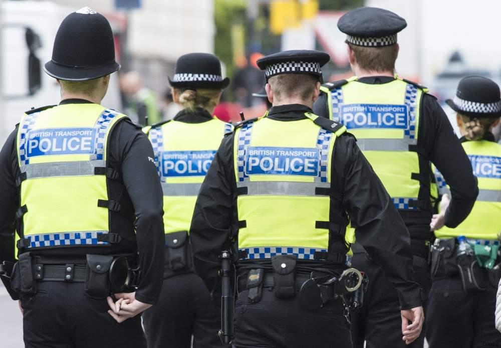 Londra, polizia spara a uomo armato di coltello: