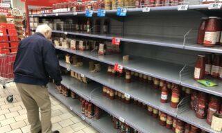 Scaffali vuoti in un supermercato della Coop a Vignate, Milano, 23 febbraio 2020