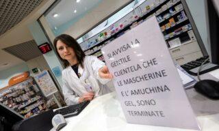 Farmacia e rivenditori di tutta Italia hanno dovuto affiggere cartelli come questo per segnalare che mascherine e Aumichina non sono disponibili nei propri punti vendita