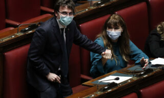La deputata di Fratelli d'Italia Maria Teresa Baldini insieme al deputato di Forza Italia Matteo Dall'Osso con le mascherine in aula durante la discussione alla Camera sul decreto coronavirus