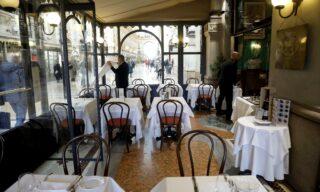 Il famoso Ristorante Biffi vuoto nell'orario di pranzo in Galleria Vittorio Emanuele a Milano, 28 febbraio 2020