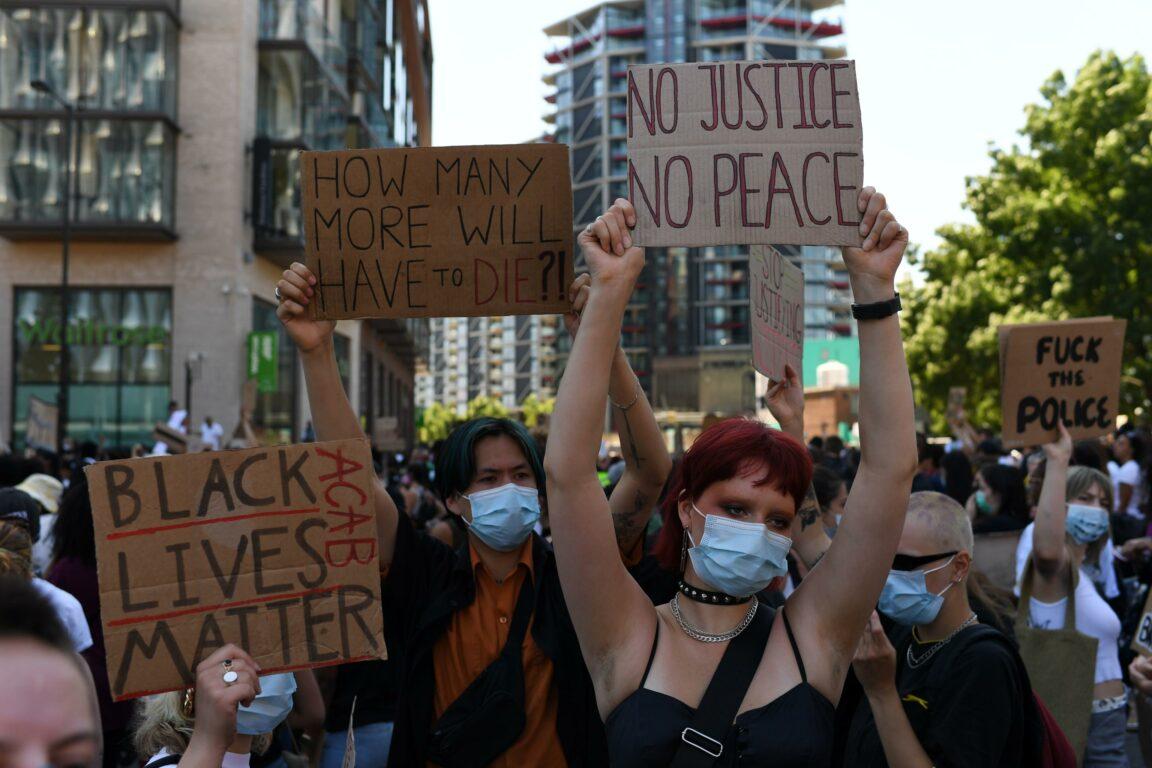 George Floyd, ancora proteste negli Usa. Per il legale della famiglia è  omicidio premeditato. Folla in piazza anche a Londra - Open