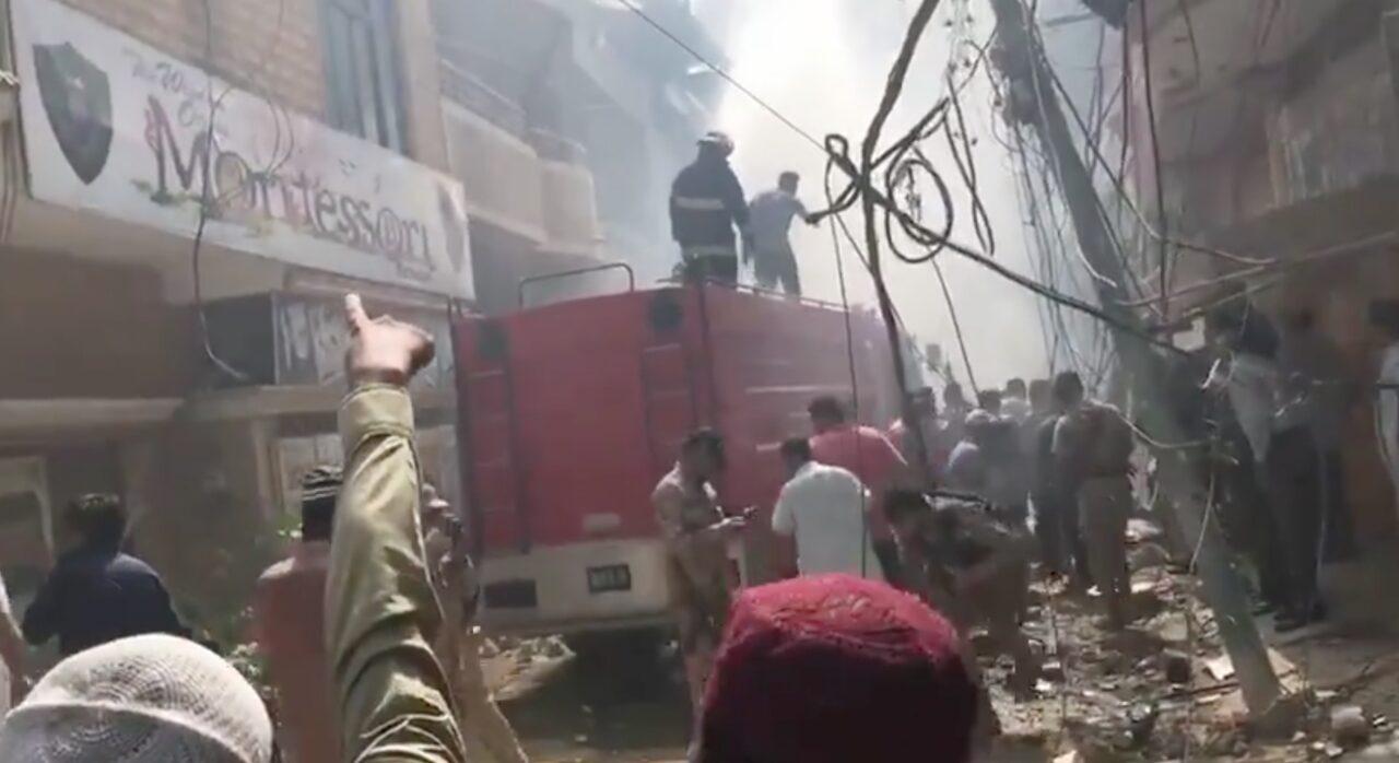 Aereo con 107 persone a bordo cade in una zona residenziale in Pakistan