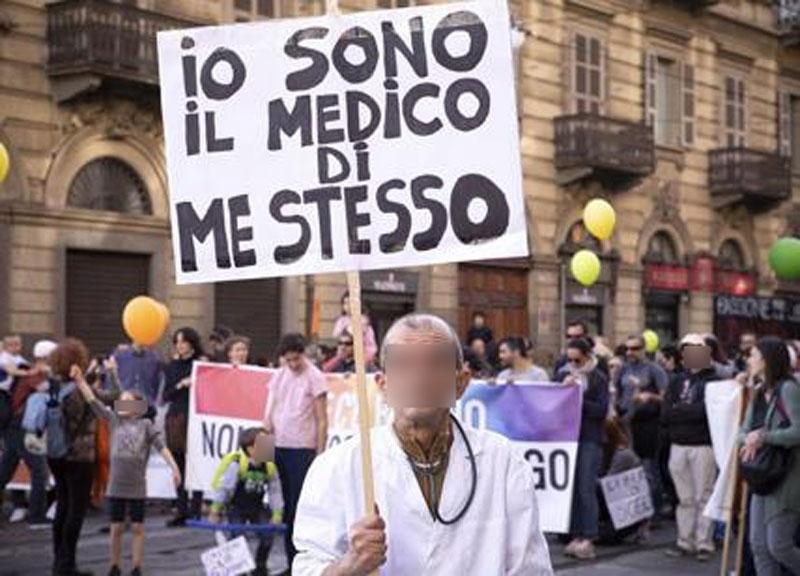 La foto del cartello «Basta scienza» alla manifestazione no vax a Firenze è  vera? Sì! - Open