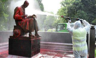 Le operazioni di pulizia sulla statua di Indro Montanelli a Milano