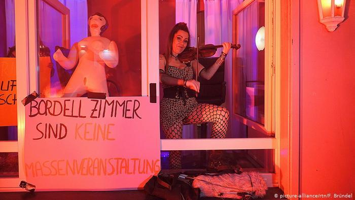 La protesta delle prostitute ad Amburgo per la riapertura de