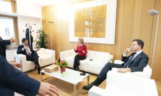 Il 17 luglio - primo giorno di vertice - il premier olandese Mark Rutte non ha fatto nessun passo indietro, insistendo con la richiesta di un'approvazione all'unanimità dei piani nazionali di riforma
