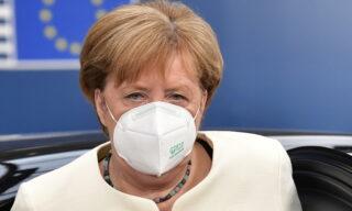 Il terzo giorno di trattative è Angela Merkel a sostenere la necessità di un pacchetto corposo di sovvenzioni: «Concordare una parte sostanziale di sovvenzioni è la risposta di cui abbiamo bisogno per una situazione eccezionale»