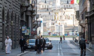 """Papa Francesco in giro a piedi per Roma per invocare la fine della pandemia da Coronavirus. Il pontefice lascia il Vaticano in forma privata e raggiunge la chiesa di San Marcello al Corso e il crocifisso in legno che protesse Roma dalla """"grande peste"""" nel Cinquecento, per chiedere il miracolo, Rome, 15 marzo 2020. ANSA/VATICAN MEDIA"""