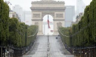 Gli Champs Elysees deserti e sullo sfondo l'Arc de Triomphe dopo la parata militare del giorno del 14 luglio (giorno della Bastiglia) 2020. EPA/Christophe Ena