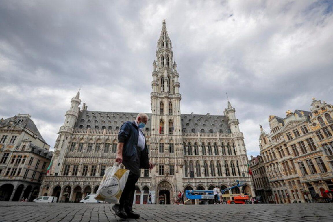 Uomo con la mascherina a Bruxelles, Belgio