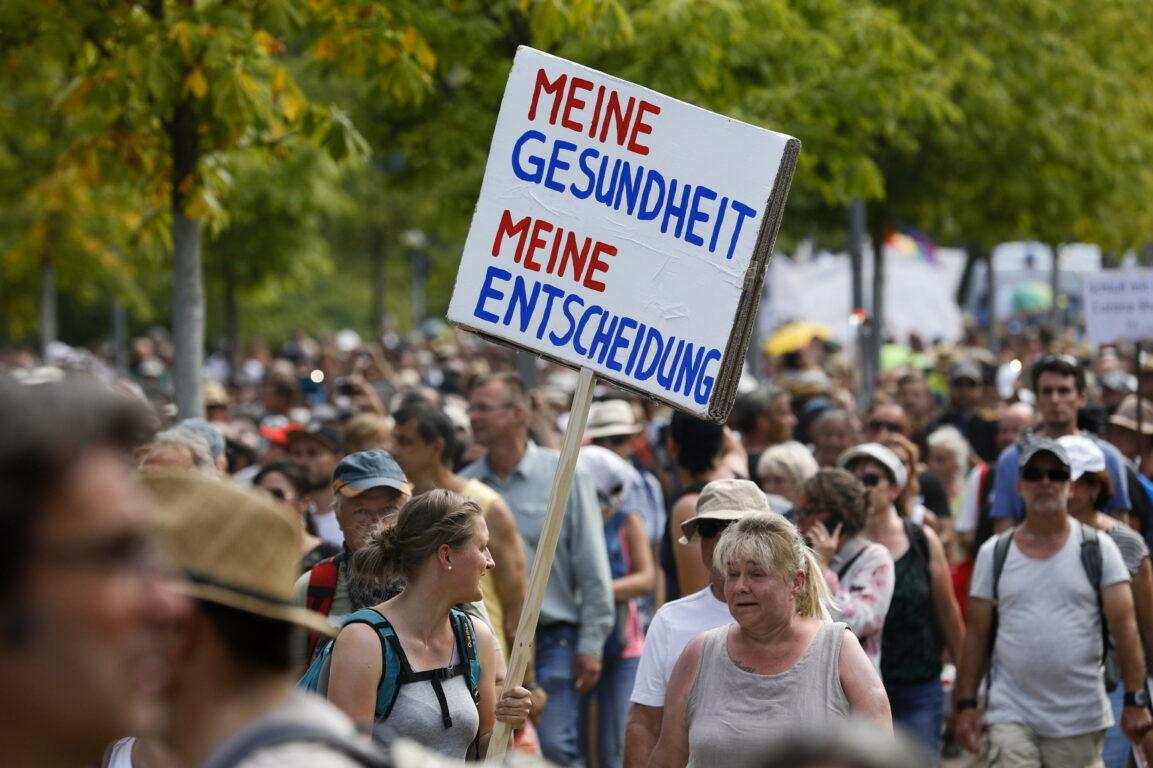 Coronavirus, a Berlino la polizia ferma il corteo dei negazionisti ...