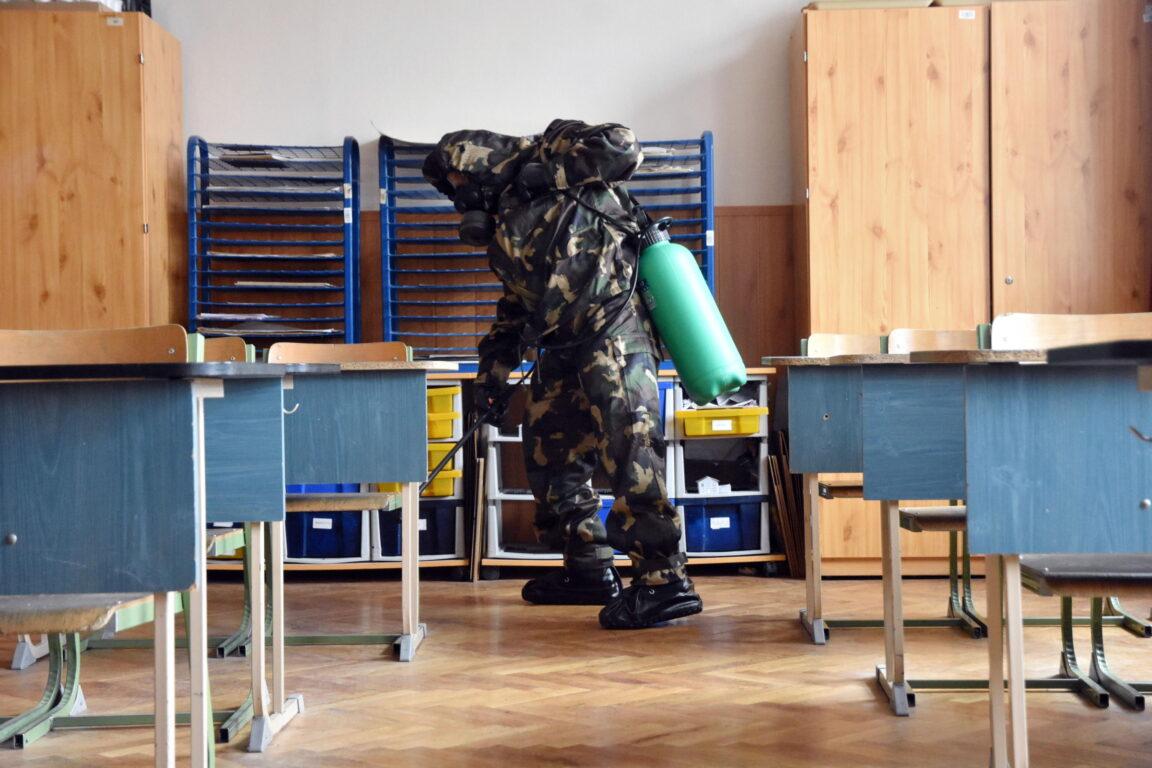 Sanificazioni in corso in una scuola di Szolnok, Ungheria
