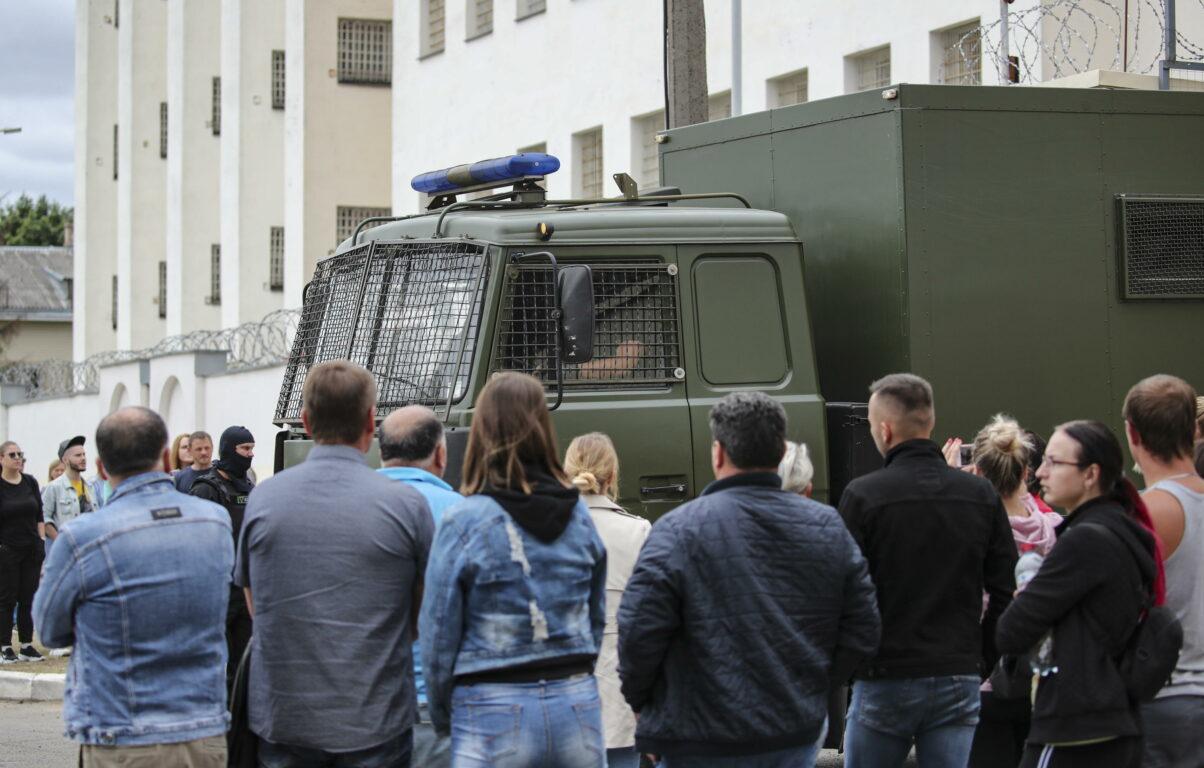 Bielorussia: finito il blackout, comincia la ricerca disperata di amici e parenti arrestati – Le storie