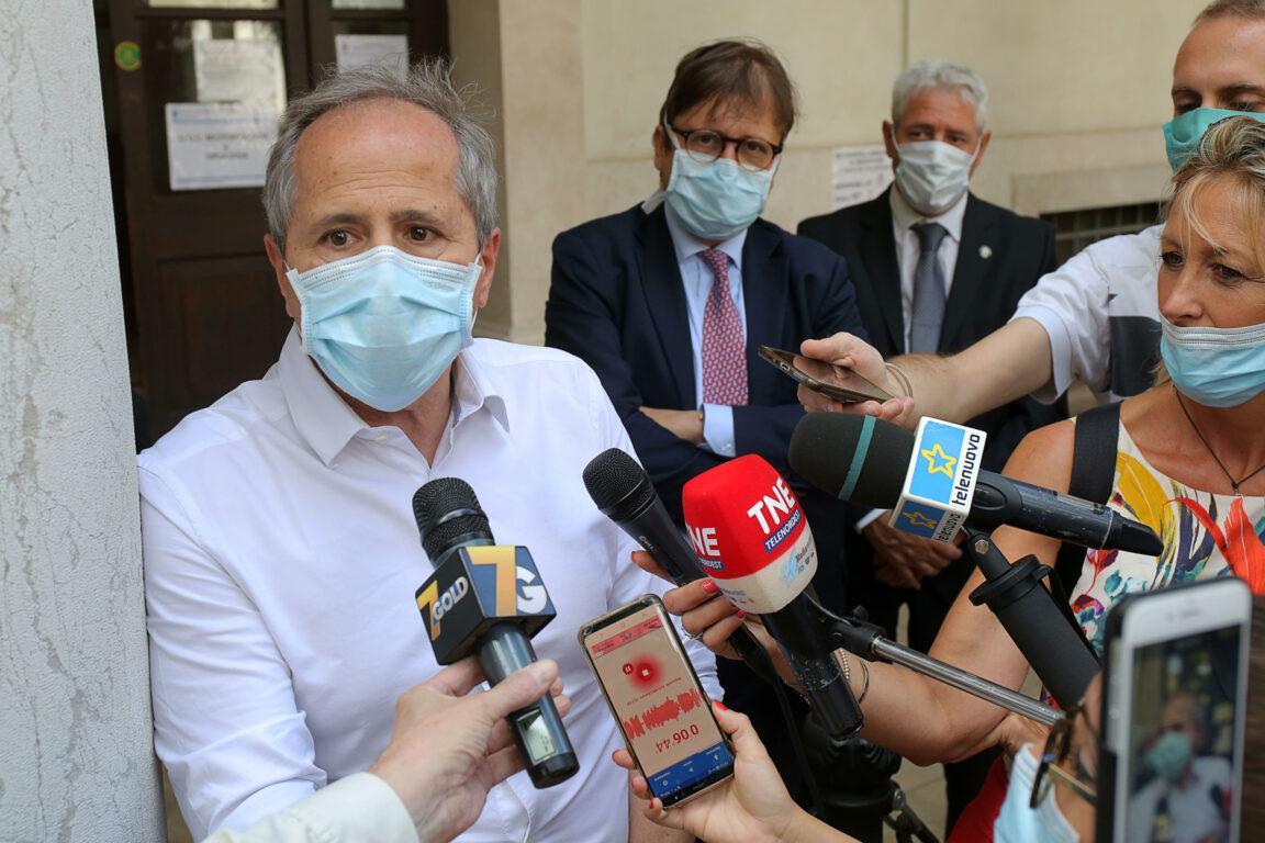 Covid, il virologo Crisanti: Napoli e Genoa subito in quarantena