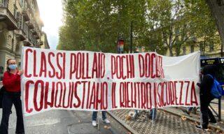 La protesta degli studenti a Torino contro le classi pollaio