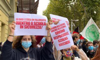 La protesta degli studenti a Torino, nel mirino la didattica a distanza e la ministra Azzolina