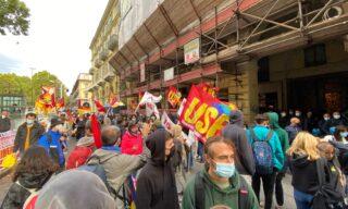 Le bandiere dei sindacati di base al corteo studentesco di Torino