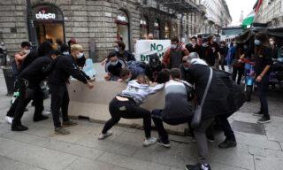 La manifestazione degli studenti a Milano