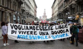Lo striscione che ha aperto il corteo degli studenti a Milano