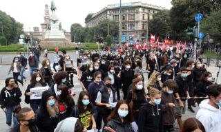 A Milano la maggior parte dei manifestanti ha indossato le mascherine di protezione