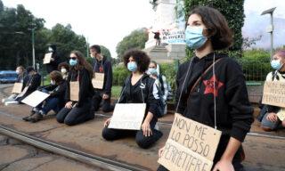 Il flash mob organizzato dagli studenti in Largo Cairoli, a Milano
